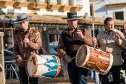 Het broederschap wordt begeleid door tromgeroffel en fluitmuziek